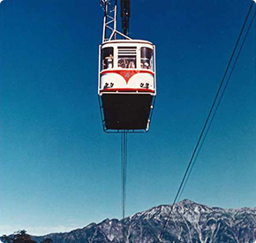 The first generation gondola with Kasagatake for a background (No.2 ropeway)
