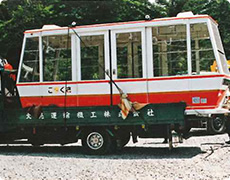 搬入された新ゴンドラ(定員61→66人、両側・両開き戸へ)